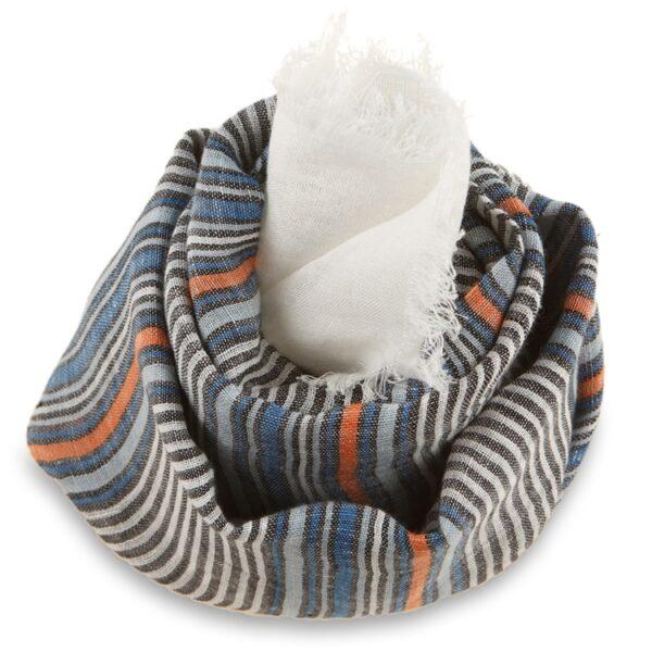 Hørklæde der er håndvævet i lyse farver.