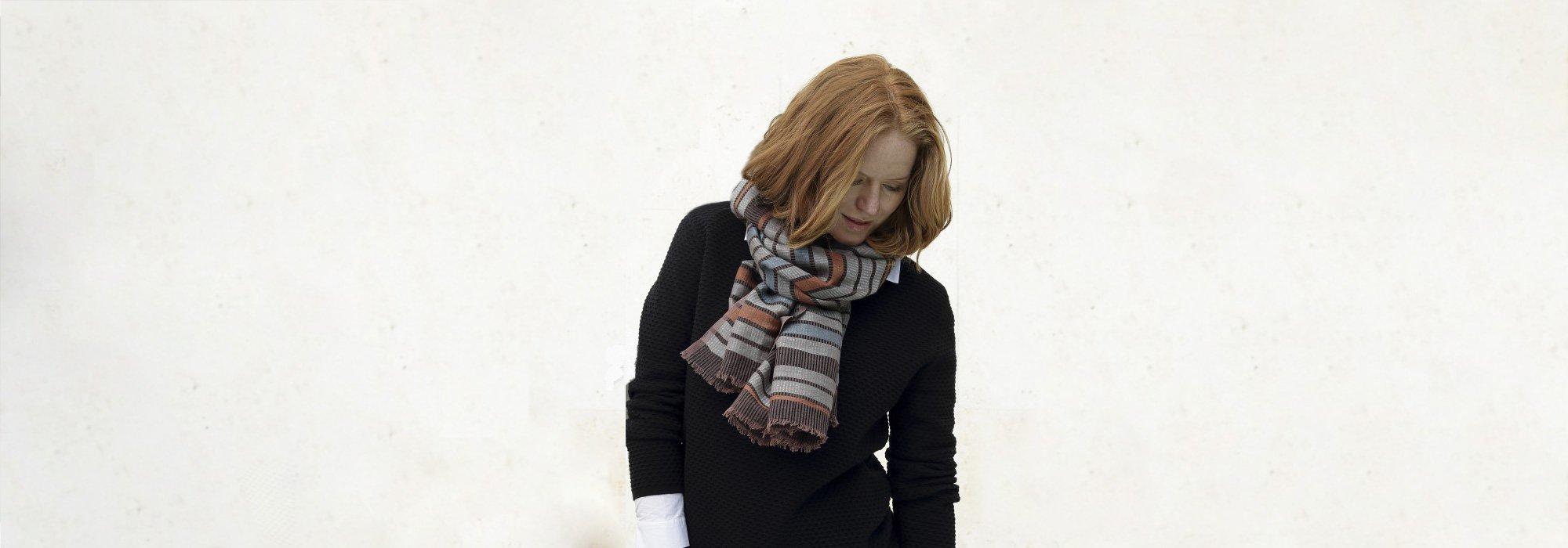 Det er et glasfuldt og smukt hørtørklæder. Det er et håndvævet tørklæde.  Hør er et naturmateriale, som er dejligt at bruge både sommer og vinter.