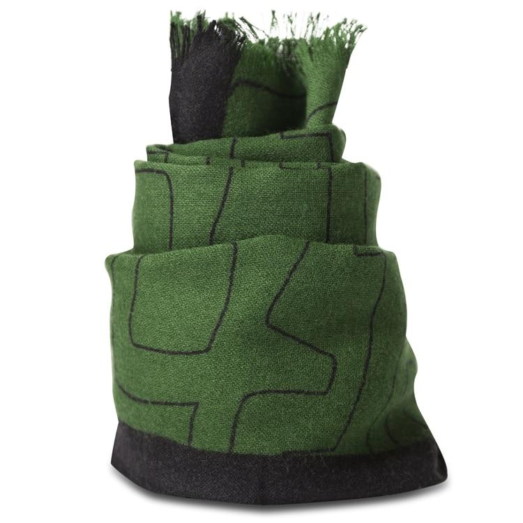 Grønt let uldtørklæde som er håndtrykt.